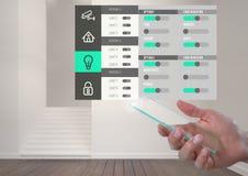 Har kontakt den hållande glass skärmen för handen och systemet App för hem- automation Fotografering för Bildbyråer