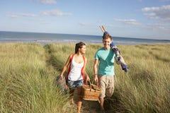har picknick bärande par för korg windbreakbarn Fotografering för Bildbyråer