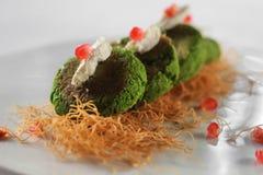 Hara-bhara Kebab auf weißer Platte mit Granatapfel lizenzfreies stockbild