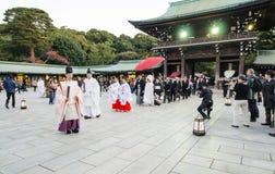 HARAJUKU TOKYO - NOVEMBER 20: Beröm av en typisk bröllopceremo Arkivbild