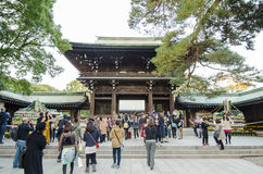 HARAJUKU TOKYO - NOVEMBER 20: Folk som besöker Meiji Jingu Shrine Arkivbild