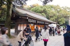 HARAJUKU, TOKYO - 20. NOVEMBER: Leute-Besuchsstall, der Gutglück verkauft Stockbilder