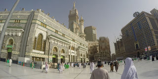 Haram清真寺在麦加和麦加皇家尖沙咀钟楼旅馆里 免版税库存照片