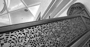 haram majestuoso en la gran mezquita de Estrasburgo blanco y negro almacen de metraje de vídeo
