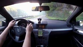 Harasov, Τσεχία - 29 Σεπτεμβρίου 2017: οδηγώντας αυτοκίνητο Opel Astra Χ στον πολύ σπασμένο δρόμο κοντά στη λίμνη στην ομιχλώδη α απόθεμα βίντεο