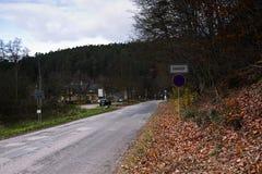 Harasov, republika czech - Listopad 11, 2017: ruch drogowy podpisuje wioskę wewnątrz zaczyna z parkowym udziałem dla turysty w tl Obraz Royalty Free