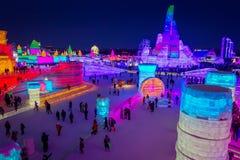 Harbin, China - 9 de febrero de 2017: Hielo internacional hermoso y colorido de Harbin y festival de la escultura de nieve llevad Foto de archivo
