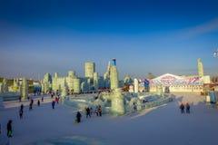 Harbin, China - 9 de febrero de 2017: Turistas desconocidos que disfrutan de sus días de fiesta en el festival anual del invierno Fotos de archivo