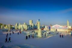 Harbin, China - 9 de febrero de 2017: Turistas desconocidos que disfrutan de sus días de fiesta en el festival anual del invierno Imagenes de archivo