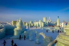 Harbin, China - 9 de fevereiro de 2017: Turistas desconhecidos que apreciam seus feriados no festival anual do inverno Imagem de Stock