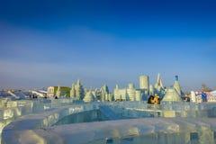 Harbin, China - 9 de fevereiro de 2017: Turistas desconhecidos que apreciam seus feriados no festival anual do inverno Imagem de Stock Royalty Free