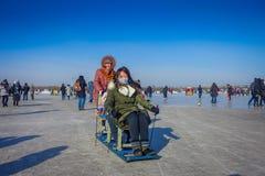 Harbin, Chine - 9 février 2017 : Amis sur un traîneau ayant l'amusement sur la rivière congelée Songhua pendant l'horaire d'hiver Photographie stock