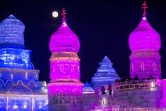 Harbin isfestival 2018 - fantastiska is- och snöbyggnader, gyckel som åka släde, natt, loppporslin Royaltyfri Foto