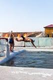 Harbin Kina - Februari 2013 - gamla människor som hoppar i djupfrysta Songhua River Arkivbilder
