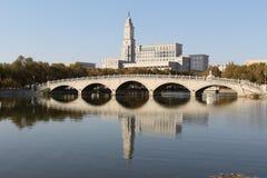 Harbin Normalnego uniwersyteta jezioro i most Obraz Stock