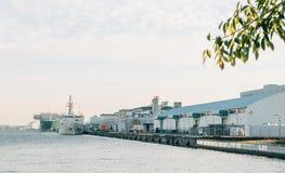 Harbor con le navi da carico a Odaiba, Tokyo, Giappone fotografia stock libera da diritti