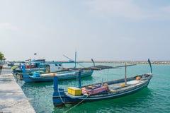Harbor con le piccole barche del ` s dei pescatori situate all'isola tropicale Villingili Fotografie Stock Libere da Diritti