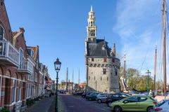 Harbor la città di Hoorn con il nea della costruzione della torre di orologio di Hoofdoren Immagine Stock