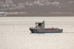 Harbormaster小船在长的天,风平浪静,惠灵顿新西兰以后返回 免版税库存图片
