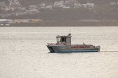 Harbormaster-Boot geht nach langem Tag, ruhige Seen, Wellington Neuseeland zurück lizenzfreie stockbilder
