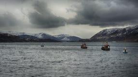 Harbounr de la pesca con las montañas hermosas Fotos de archivo