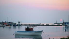 Harbour con le barche legate, vista nella sera archivi video