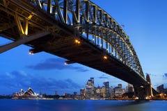 Harbour l'orizzonte di Sydney e del ponte, Australia alla notte Fotografia Stock Libera da Diritti