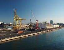 Harbour a Livorno, Italia con le gru ed i fabbricati industriali i fotografia stock