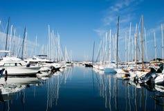 Harbuor avec des yachts et des voiliers Saint Tropez image stock