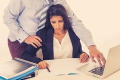 Harcèlement sexuel au travail Employé dégoûté molesté par son patron images stock