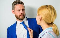 Harcèlement sexuel de main d'oeuvre Essayez de séduire le directeur Une attention sexuelle de secrétaire à diriger Bureau et comp images stock