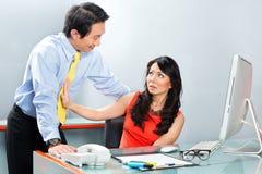 Harcèlement sexuel par le patron dans le bureau asiatique photo libre de droits