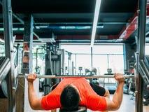 Hard bodybuilding de mensenconcept van de gymnastiektraining royalty-vrije stock afbeeldingen