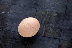Hard gekookt ei in een gebarsten shell landschapsbovenkant Stock Afbeelding