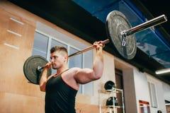 Hard gymnastiektraining lichaam-bouwende mensenconcept stock fotografie