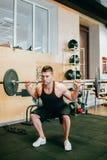 Hard gymnastiektraining lichaam-bouwende mensenconcept stock afbeelding