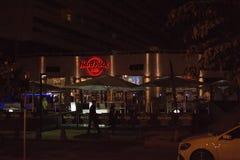 Hard Rock Cafe con las decoraciones de la luz de la Navidad de la tarde Fotos de archivo