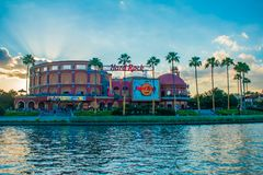 Hard Rock Cafe p? solnedg?ngbakgrund p? universella Orlando Resort i Florida med sj?n p? f?rgrunden 1 arkivbilder