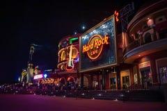 Hard- Rock Cafezeichen und bunte Gitarre auf europ?ischem Art builCitywalk an Universal Studios-Bereich 2 lizenzfreie stockfotografie