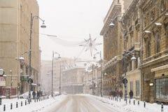 Hard Verkeer tijdens het Onweer van de de Wintersneeuw in Stad de Van de binnenstad van Boekarest Royalty-vrije Stock Afbeelding