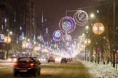 Hard Verkeer tijdens het Onweer van de de Wintersneeuw in Stad de Van de binnenstad van Boekarest Stock Fotografie