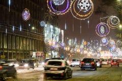 Hard Verkeer tijdens het Onweer van de de Wintersneeuw in Stad de Van de binnenstad van Boekarest Royalty-vrije Stock Foto's