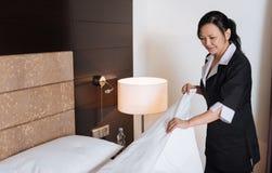 Hard werkend professioneel hotelmeisje die haar plichten doen royalty-vrije stock foto