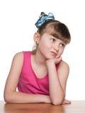 Harda mała dziewczynka przy szkolnym biurkiem zdjęcie stock