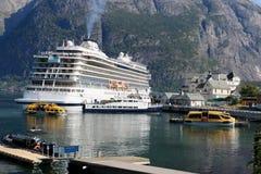 Hardangerfjord con un barco de cruceros hermoso imagenes de archivo