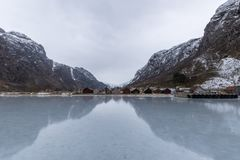 Hardangerfjord in de winter Noorwegen wordt bevroren dat Stock Foto