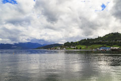 Hardangerfjord nära Oystese arkivbild