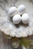 4 hardboiled ägg på marmorbunken Arkivbilder