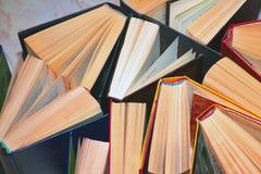 Hardcover książek stojak na powierzchni, wiele książki, czytelnicze książki obrazy royalty free