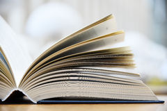 Hardcover książki lying on the beach na stole w bibliotece obraz royalty free